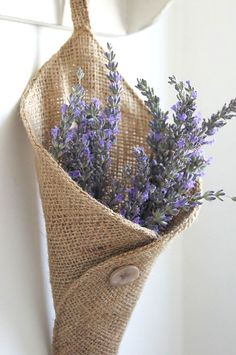 burlap lavender holder pocket. I'm seeing it with a touch of lace, maybe even just a ribbon. (website not in english) rustic, cottage, vintage, shabby chic