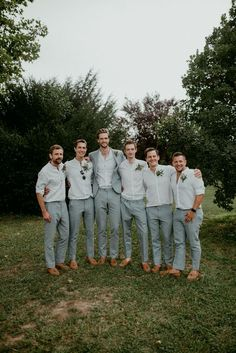 beach wedding groom attire Casar durante a primave - beachwedding Groomsmen Looks, Groomsmen Grey, Groomsmen Outfits, Groom And Groomsmen Attire, Groom Outfit, Bridesmaids And Groomsmen, Beach Wedding Groomsmen, Mens Beach Wedding Attire, Casual Groom Attire
