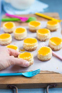 Tout le monde aime le cheesecakes ! Alors tout le monde va adorer ces minis cheesecake à la mangue ! Vous n'allez faire qu'une bouchée de ces minis gâteaux Mini Cheesecakes, Mini Cakes, Eggs, Breakfast, Sweet, Desserts, Minis, Mango Cheesecake, Everything