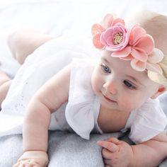 Eine lustige und ausgefallene florale Krone für Sie oder Ihr wenig ein.  Blüten in Schattierungen von Rosa zieren diese festliche Filz