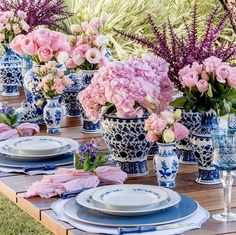 Savvy and Inspiring dining room table sets espresso that will impress you - Blue Table Settings, Beautiful Table Settings, Place Settings, Dresser La Table, Victoria Magazine, Pink Table, Garden Table, Deco Table, Ginger Jars