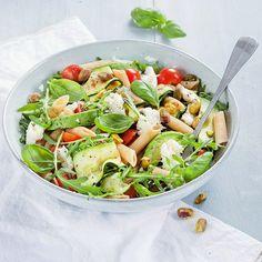 Gezonde pastasalade - Makkelijk recept - Leuke recepten Cold Pasta Recipes, Pasta Salad Recipes, Chicken Caesar Pasta Salad, Pasta Salad Italian, Healthy Summer Recipes, Vegetarian Recipes, Healthy Diners, Lunch Restaurants, Cabbage And Bacon