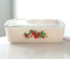 McKee Strawberry Large Refrigerator Dish by jaditekate Vintage Bowls, Vintage Dishes, Vintage Glassware, Vintage Pyrex, Antique Dishes, Vintage Kitchenware, Red Kitchen, Glass Kitchen, Strawberry Patch