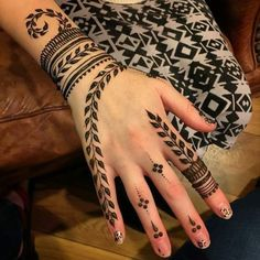 Explore latest Mehndi Designs images in 2019 on Happy Shappy. Mehendi design is also known as the heena design or henna patterns worldwide. We are here with the best mehndi designs images from worldwide. Henna Tattoo Hand, Hand Mehndi, Henna Tattoo Designs, Hand Tattoos, Mehndi Designs Finger, Simbolos Tattoo, Simple Henna Tattoo, Modern Mehndi Designs, Mehndi Design Photos