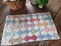 I love this Charming Vintage Feedsack Small Scale Bowtie Doll or Table QUILT Small Quilts, Mini Quilts, Baby Quilts, Antique Quilts, Vintage Quilts, Quilting Projects, Sewing Projects, Quilting Ideas, Miniature Quilts