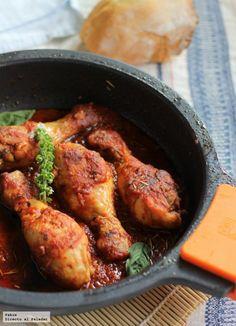 Guiso de pollo con tomate. Muslos de pollo con tomate, especias y albahaca.