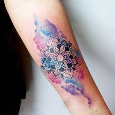 """Tatuagem feita por <a href=""""http://instagram.com/feeabreeu"""">@feeabreeu</a>!  Não sei vocês mas a gente adora essas tattoos em aquarela. O que vocês acham dessa tattoo?"""