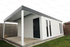 Väčší záhradný domček s prístreškom, so štyrmi dizajnovými svetlíkmi Slovaktual a dverami Hormann LPU40