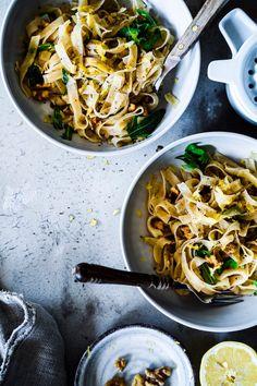 Unsere heutige perfekte 5 Zutaten Sommer Pasta – aka Zitronen Walnuss Tagliatelle schmeckt deshalb so aussergewöhnlich sommerlich frisch, da die leichte Säure der Zitrone , der leicht bittere Rucola und die crunchigen Walnüsse einfach perfekt harmonieren.Wieder zeigt sich, daß man sehr schnell und mit wenigen Zutaten so unfassbar Leckeres kochen kann – es kommt nur auf das richtige Rezept an!