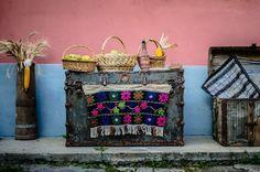 FOTO Doi tineri din Sibiu şi o afacere deşteaptă: vacanţă într-o gospodărie ţărănească, filme în podul şurii, plimbări cu căruţa şi mâncare ca la bunica acasă | adevarul.ro Planter Pots, Travel, Movie, Viajes, Trips, Traveling, Tourism, Vacations
