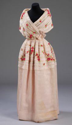 Evening dress, Cristóbal Balenciaga, 1960. Museum no. T.17-2006