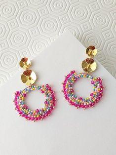 ARETES FUCSIA TUTI-FRUTTI Diy Earrings And Necklaces, Wire Wrapped Earrings, Seed Bead Earrings, Beaded Earrings, Crochet Earrings, Beaded Bracelets, Fancy Jewellery, Cute Jewelry, Diy Jewelry