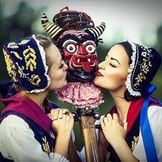 This lucky devil is actually a musical instrument from the Kashubian region! @zpit_szczecinianie #kashubiangirl #folk #polishcostumes #folklore #polish #instrument #devilsfiddle #traditional #kiss #devil #poland #bestofpoland #folkowe #dancegroup