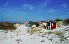 Bunte Sommer Strand-Hütten Liegt In Schonen (Skåne), Schweden Lizenzfreie Fotos…