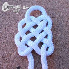Usando il nostro tricottino, come nel post precedente, ci troviamo con una lunga corda di cotone. Oggi vi farò vedere come si può realizzare un bracciale...