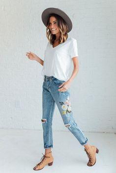 T-shirt branca, calça jeans bordada, ankle boot caramelo