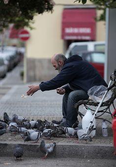 Vila Nova de Gaia - A guy sharing is bread