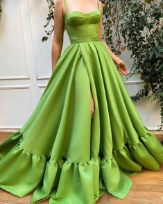 Details: - Satin Taffeta fabric - Green pear color - A-line with waist definition and open skirt - For special occasions Style Outfits, Pretty Outfits, Pretty Dresses, Fashion Outfits, Rock Outfits, Couple Outfits, Edgy Outfits, Dress Dior, Dress Up