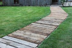 amazing garden path and walkway ideas you can try now page 48 – JANDAJOSS. Garden Stones, Garden Paths, Traverse Paysagere, Amazing Gardens, Beautiful Gardens, Big Leaf Plants, Wooden Walkways, Wooden Path, Casa Patio