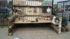 Modderkeuken; voorbeelden en inspiratie om diy zelf te maken of kopen en geschikt speelgoed - Mamaliefde.nl Mud Pie Kitchen, Espresso Machine, Kitchen Appliances, Kitchens, Diys, Mudpie, Outdoor, Home, Children