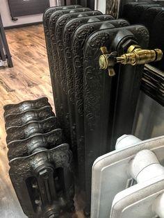 Cast Iron Radiators /  Żeliwne grzejniki retro na ekspozycji w naszym salonie sprzedaży przy ul. Bartyckiej 24/26 paw. 211 w Warszawie