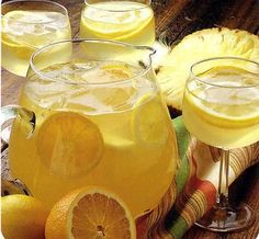 Sangria au vin blanc Sangria au vin blanc – Cocktails and Pretty Drinks Vodka Drinks, Fruit Drinks, Yummy Drinks, Alcoholic Drinks, Sangria Recipes, Cocktail Recipes, Smoothie Recipes, Rumchata Recipes, Beach Cocktails