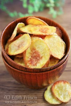 Homemade potato chips are better than store bought! The variations are endless, how about dusting with paprika, or smoked Spanish paprika? Or some BBQ seasonings to make BBQ chips? Just use your imagination. These tasty chips are best served warm. Oven Baked Chips, Baked Potato Oven, Baked Potatoes, Easy Appetizer Recipes, Snack Recipes, Bbq Seasoning, Good Food, Yummy Food, Chips Recipe