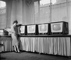 1958. Az első sorozatban gyártott magyar tv  a Kossuth Lajos utcai Keravill üzletben.