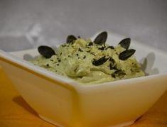 Für den Kürbiskernaufstrich alle Zutaten gut miteinander verrühren. Mit Salz und Pfeffer abschmecken und servieren.