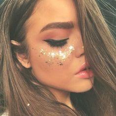 20 Make-up-Ideen für den Karneval, die es wert sind . - 20 ideias de maquiagens para o Carnaval que valem por uma fantasia – Fitness GYM 20 Make-up-Idee - Festival Looks, Festival Make Up, Glitter Carnaval, Make Carnaval, Glitter Face Makeup, Glitter In Hair, Halloween Makeup Glitter, Silver Makeup, Makeup Eyebrows