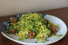 Sen de mi Brütüs: Sezar Soslu Brüksel Lahanası Tarifi Sauerkraut, Raw Food Recipes, Sprouts, Panna Cotta, Grains, Parmesan, Vegetables, Dulce De Leche, Raw Recipes