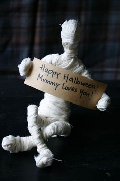 DIY Mini Mummies for Halloween. Found at Family Chic here.So simple to make - really. So creepy on so many different levels. Love this Halloween craft (yes, above like on my crafts scale!).