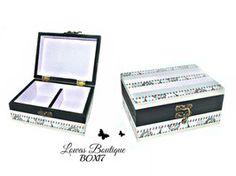 Boîte à Bijoux Ruban Voyage à Paris Cette boîte à bijoux est idéale pour ranger vos bijoux et décorer vôtre espace grâce à ses rubans sur le thème de Paris.   PAS D'ENVOI A L'INTERNATIONAL.   Dimensions: 14.5 cm x 11 cm Hauteur: 6,5 cm