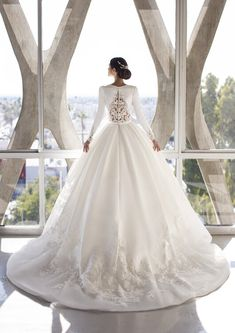 Explore our Wedding Dresses and feel Unique: One bride, One shape, One Unique dress. Discover our Cocktail Gowns from Pronovias. Wedding Bridesmaid Dresses, Dream Wedding Dresses, Bridal Dresses, Wedding Gowns, Prom Dresses, Pronovias Wedding Dress, Unique Dresses, Hollywood Glamour, One Shoulder Wedding Dress