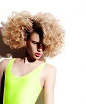 Big Hair Bob mit blonden Locken