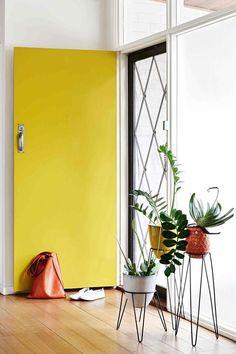 Une porte jaune canari pour apporter du pep à l'entrée