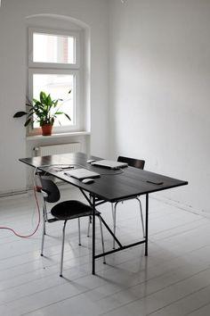 Modern Minimalistisches Arbeitszimmer Mit Schwarzem Schreibtisch Und Zwei  Schwarzen Stühlen. #Berlin #Neukölln #