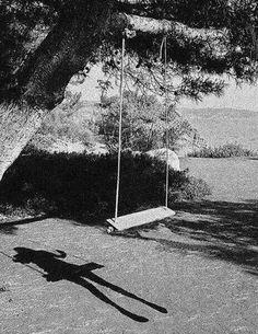 Esta fotografía crea preguntas en mi cabeza. Blanco y negro, como un efecto, por lo general significa tristeza, la depresión, y así sucesivamente. Hizo que una niña muriera allí? Me gusta, porque le da un completo misterio para el público.