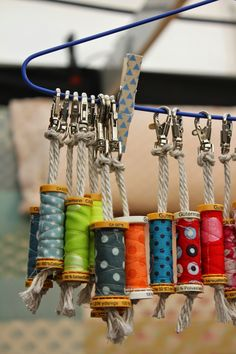made with old wooden spoolsEmpty sewing bobbins turned into key chains!DIY Gifts And Wrap 2018 Porte-clés pour couturières!Love this idea for recycling empty cotton reels into fabric covered key chains or bag tags Si en plus les bobines sont en bois, c Sewing Hacks, Sewing Crafts, Sewing Projects, Craft Projects, Scrap Fabric Projects, Sewing Ideas, Diy And Crafts, Arts And Crafts, Easy Crafts