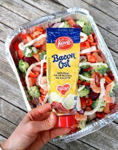 Fargerik fiskeform med baconostsaus - på grillen - LINDASTUHAUG Keto Recipes, Snack Recipes, Scampi, Sausage, Bacon, Protein, Food And Drink, Chips, Homemade
