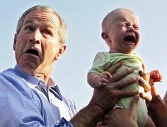 George W. Bush sostiene a un bebé llorando en una visita a Alemania en 2006.