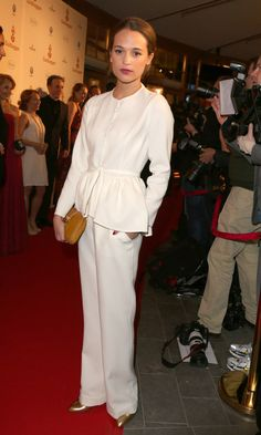 Alicia Vikander i vit kostym på Guldbaggegalan 2013.