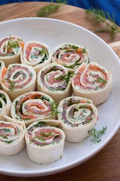 salmon and cream cheese rolls- Lachs-Frischkäse-Röllchen Salmon cream cheese-Rllchen. For this recipe … - Party Finger Foods, Snacks Für Party, Tv Snacks, Tapas, Cream Cheese Rolls, Snack Recipes, Cooking Recipes, 15 Minute Meals, Brunch Party