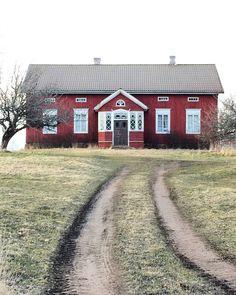 "397 gilla-markeringar, 10 kommentarer - Charlotte Andreasson (@husprataren) på Instagram: ""Gjorde Jomala igår."" Welcome To Sweden, Red Houses, Red Cottage, Swedish House, Wooden House, Beautiful Homes, Building A House, Farmhouse, Exterior"