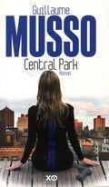 Een Parijse politieagente wordt wakker op een bankje in Central Park, vastgeketend aan een haar onbekende Amerikaan.