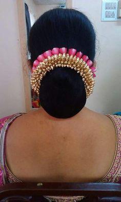 Best Ideas Hair Accessories Bridal Hairstyle Ideas – T-Shirts & Sweaters Bridal Hairstyle Indian Wedding, Bridal Hair Buns, Bridal Hairdo, Indian Bridal Hairstyles, Hair Wedding, Saree Hairstyles, Bride Hairstyles, Hairstyle Ideas, Hairstyles Haircuts