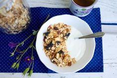 Domácí müsli se sušeným ovocem a kešu oříšky Muesli, Oatmeal, Breakfast, Food, The Oatmeal, Morning Coffee, Granola Cereal, Meals, Yemek
