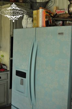 A Painted Fridge La Craie Robin's Egg Blue, if you hate your plain white/beige fridge, this is for you! Refrigerator Makeover, Paint Refrigerator, Painted Fridge, Recycled Furniture, Painted Furniture, Furniture Redo, Paint Stain, Chalk Paint, Painting Appliances