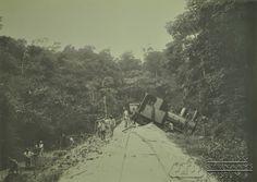 Ontspoorde locomotief. Collectie Calkoen. Datum: ca. 1912 Locatie: Suriname Vervaardiger: Inv. Nr.: SSM-0783-2-157 Fotoarchief Stichting Surinaams Museum