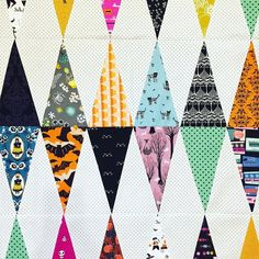 modern triangle quilt Quilting Tutorials, Quilting Projects, Quilting Designs, Quilting Tips, Halloween Blanket, Halloween Quilts, Halloween Projects, Fall Quilts, Scrappy Quilts